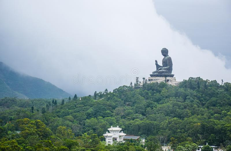 Tian Garbnikuje Buddha statuę na w górę góry, Ngong śwista wioska, Lantau wyspa, Hong Kong obrazy royalty free