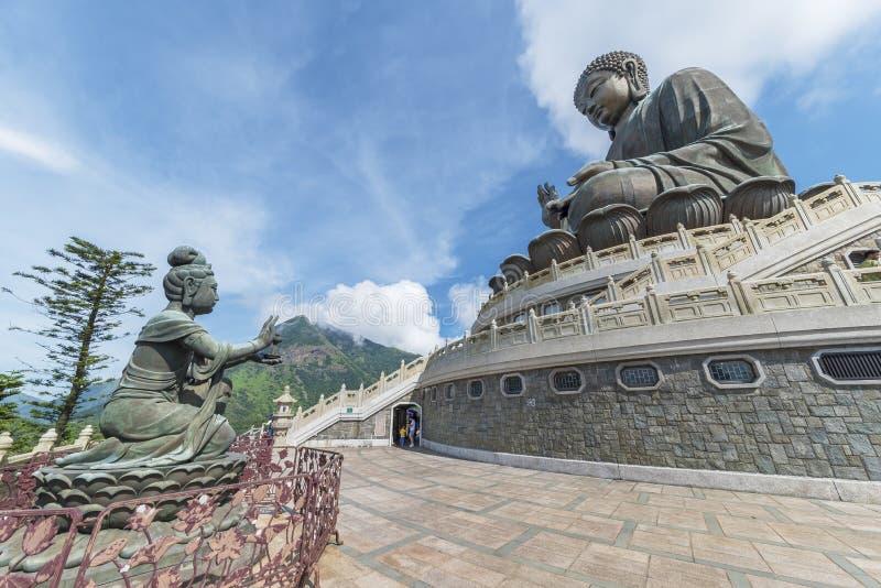 Tian Garbnikuje Buddha statuę w Hong Kong, Chiny zdjęcia royalty free
