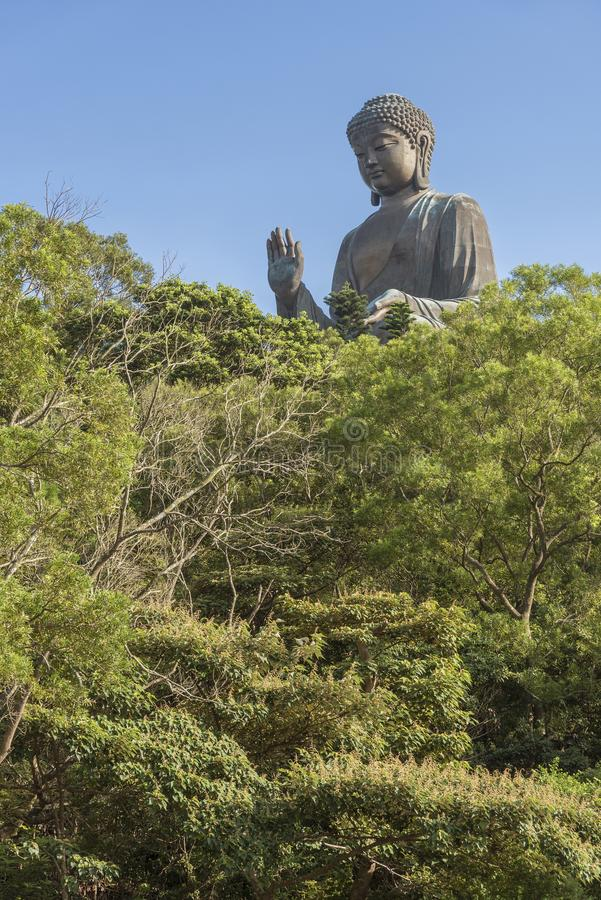 Tian Garbnikuje Buddha statuę w Hong Kong, Chiny obrazy royalty free