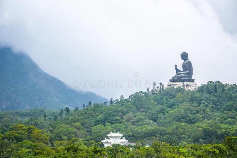 Tian Garbnikuje Buddha statu? na w g?r? g?ry, Ngong ?wista wioska, Lantau wyspa, Hong Kong zdjęcie stock