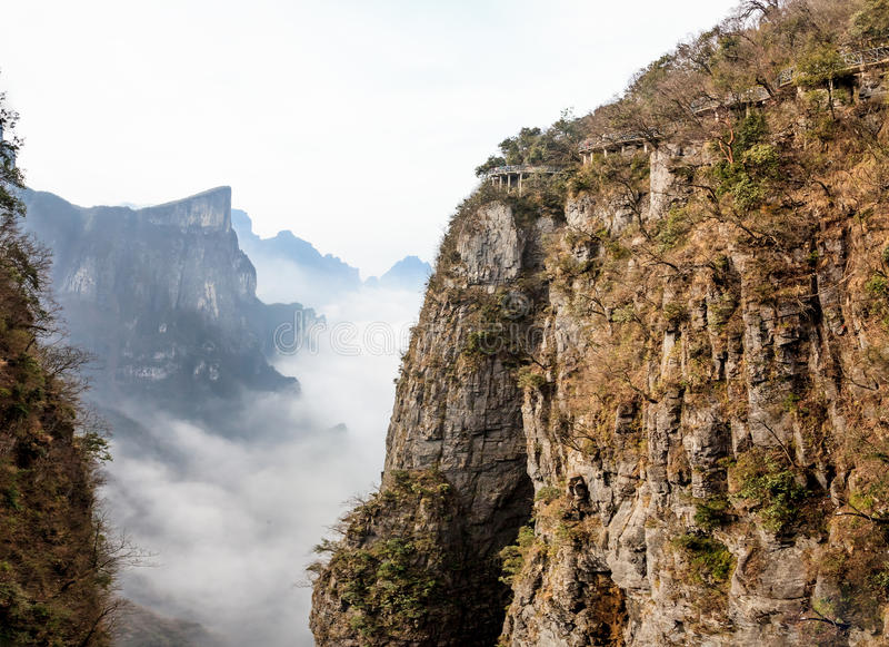 Tian Men Mountains nuvoloso a Zhangjiajie con tessuto pregante rosso immagine stock libera da diritti
