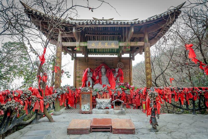 Tian Men Mountains nuvoloso a Zhangjiajie con tessuto pregante rosso immagini stock