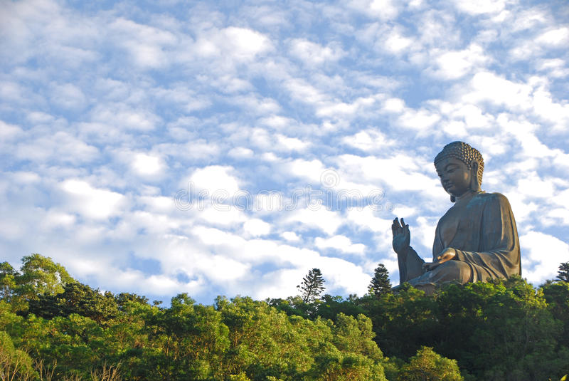 Tian Tan Buddha met Mooie Wolken stock foto