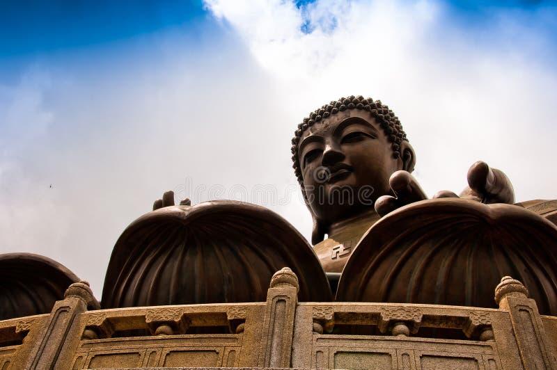 Tian Tan Giant Buddha som förbiser med förälskelse arkivfoton