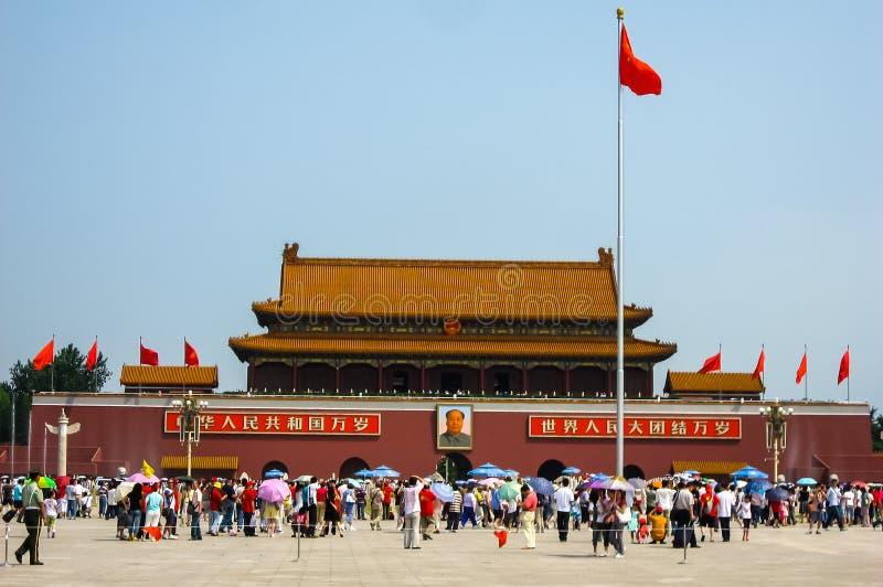 Tiananmen-Platz an einem beschäftigten Tag stockfoto