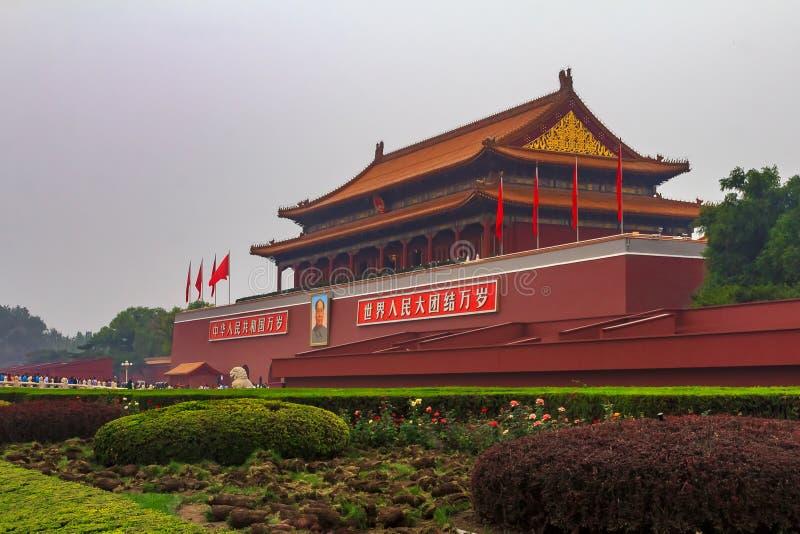 Tiananmen port av Forbiddenet City som täckas av smog i Peking royaltyfria foton