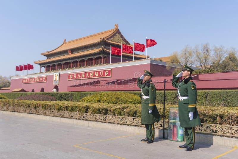 Tiananmen w Pekin z żołnierzy salutować obrazy royalty free