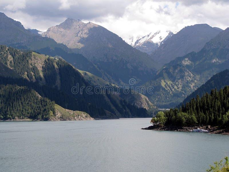 Tianchi sjö (himmel sjö) A härlig sjö i Tianshan berg, Xinjiang, Kina Den Tianchi sjöns höjd är 1980 meter, 3 5 arkivfoto
