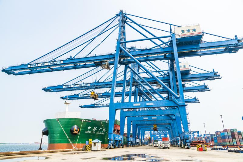 Tianjin, China, am 4. Juli 2017 - Seefracht, zum durch Kran, Tianjin, Porzellan zu beherbergten lizenzfreies stockfoto