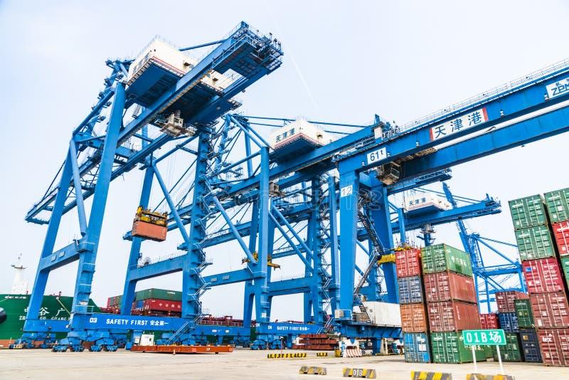 Tianjin, China, am 4. Juli 2017 - Seefracht, zum durch Kran, Tianjin, Porzellan zu beherbergten stockfotos