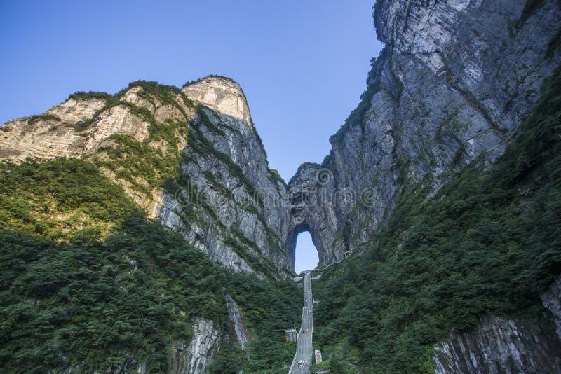 Tianmen Cave - Goście mogą wspinać się na 999 kroków do Niebiańskich Drzwi obraz stock