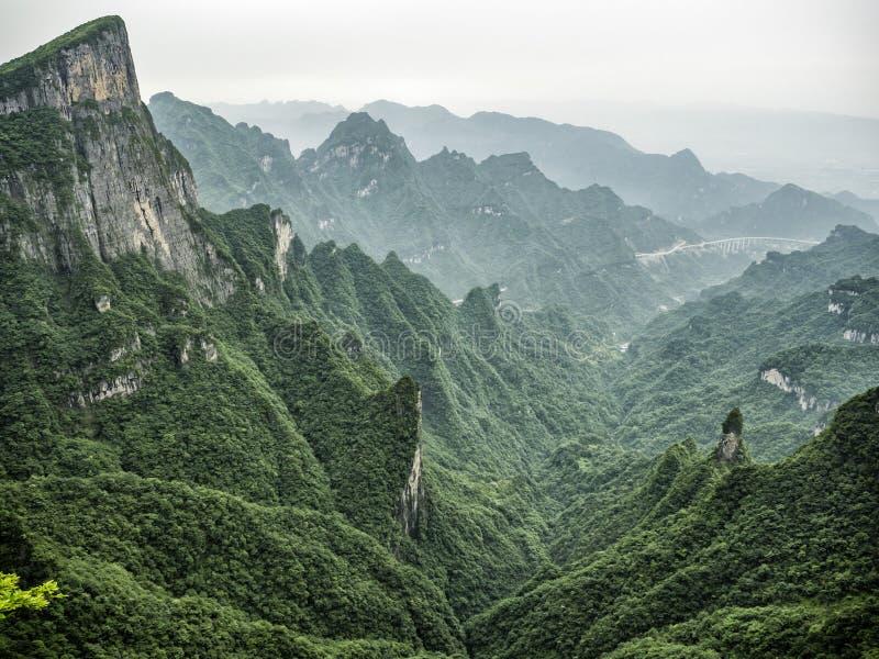 Tianmenberg als de Hemel` s Poort wordt door het groene bos en de mist in Zhangjiagie, de Provincie van Hunan, China, Azië wordt  royalty-vrije stock fotografie