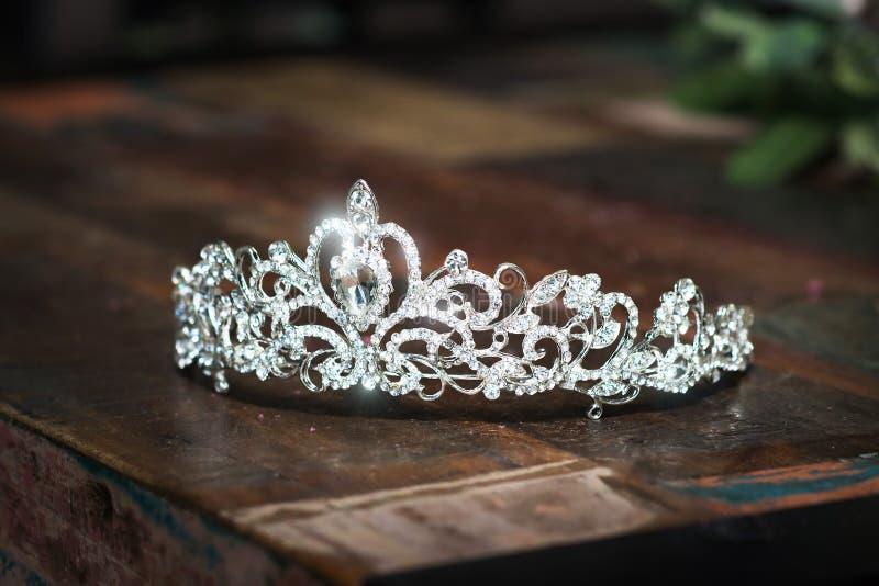 Tiara, coroa do casamento do diadema Acessórios preciosos luxuosos fotografia de stock royalty free