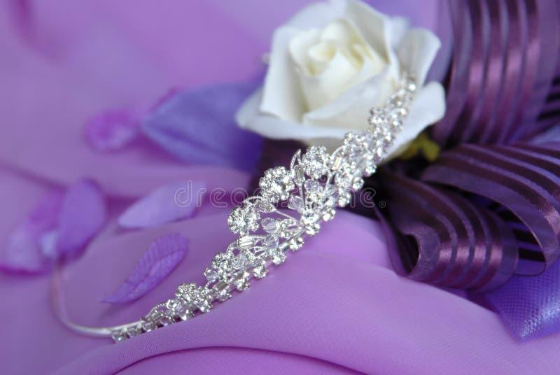 Tiara de cristal com decoração cor-de-rosa imagens de stock royalty free