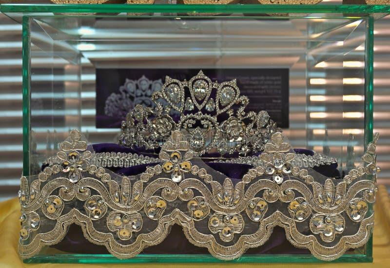 Tiara luxuosa na caixa de vidro na exposição foto de stock