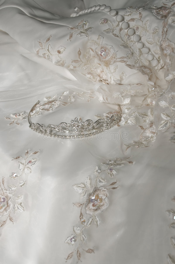 Tiara sobre o vestido de casamento foto de stock royalty free
