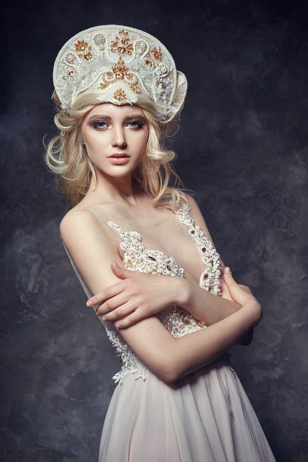 Tiarakroon op hoofdblondemeisje Vrouw in feekleding, mysteriou stock afbeeldingen