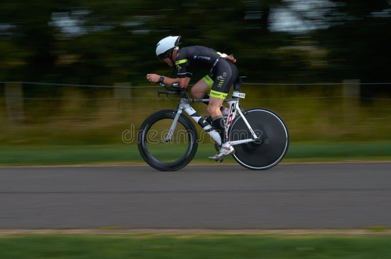 Tiathlete com uma bicicleta no triathlon de Disney, em LONDRES, Reino Unido foto de stock