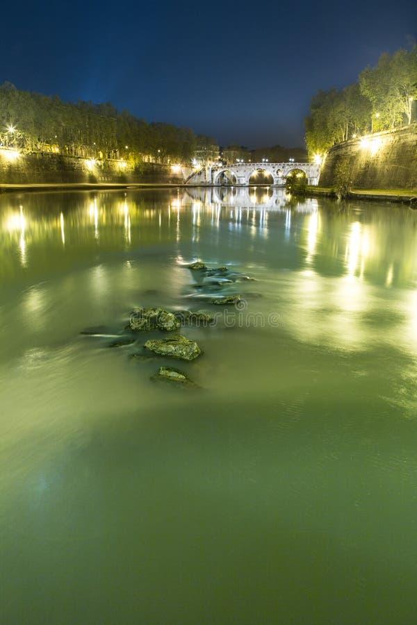 Tiber flod i Rome på natten arkivbilder
