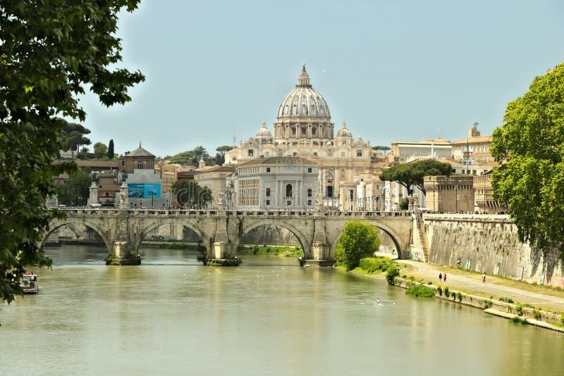 Tiber flod med Vaticanen och Stet Peter royaltyfri bild