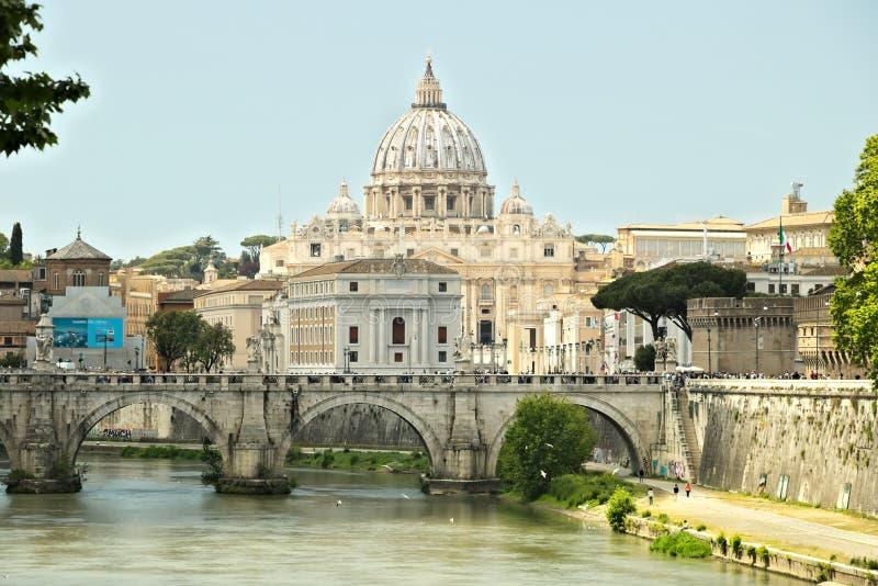 Tiber flod med Vaticanen och Stet Peter arkivfoto