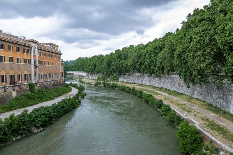 Tiber flod och Isola Tiberina Tiber ö - Rome, Italien royaltyfri bild