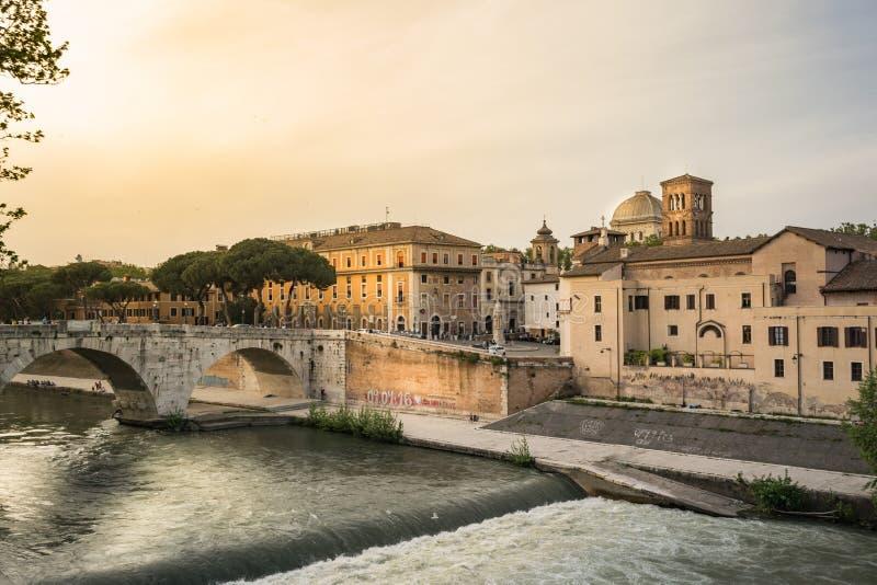 Tiber flod och Tiberina ö i Rome arkivfoto