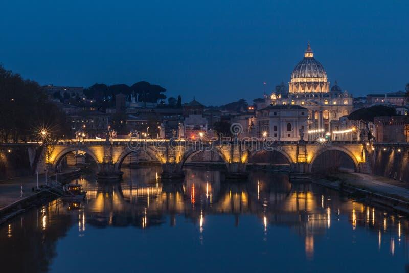 Tiber och St Peters Basilica med den Aurelius bron på natten med belysning royaltyfri foto
