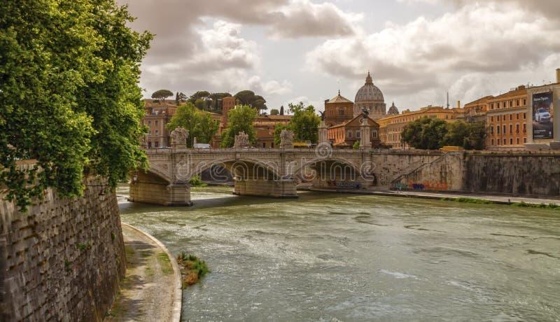 Tiber River, Ponte Sant'Angelo en St Peter's kathedraal, Roma, Italië royalty-vrije stock afbeeldingen