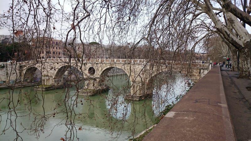 Tiber rzeka z antycznym mostem w Rzym, Włochy obrazy royalty free