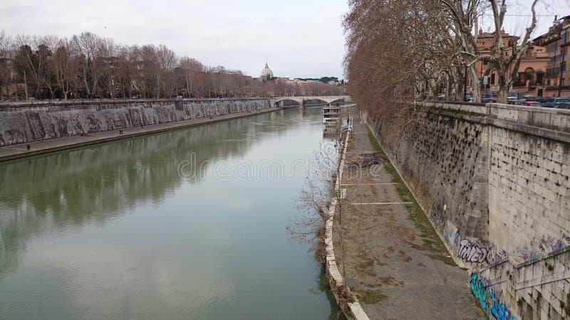 Tiber rzeka z Watykańską katedrą fotografia royalty free