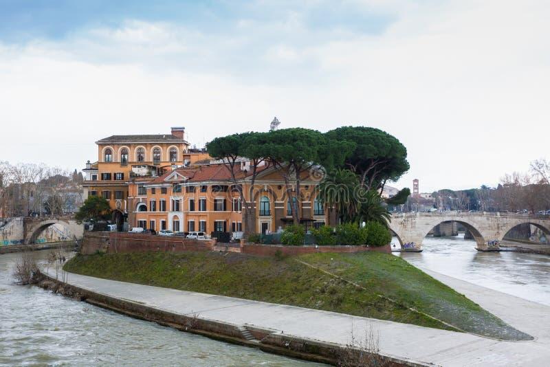 Tiberina är en liten ö som lokaliseras på den Tiber floden i Rome, Italien royaltyfri fotografi