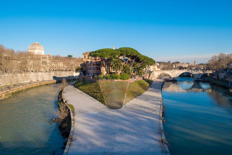 Tiberina ö (Isola Tiberina) på floden Tiber i Rome, Ita royaltyfri foto