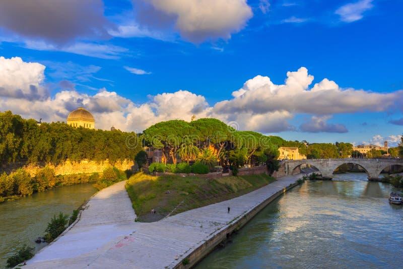 Tiberina ö och flod Tiber i Rome royaltyfria foton