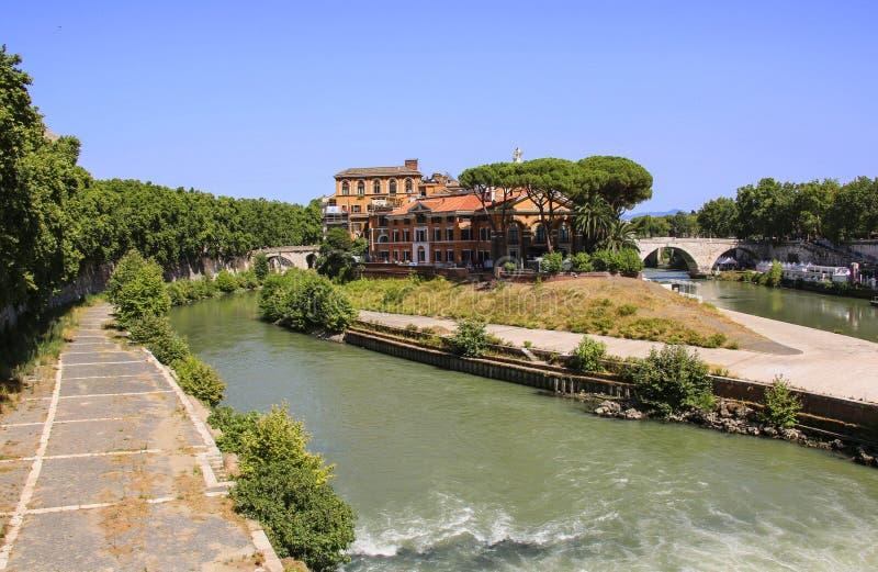 Tiberina ö på den Tiber floden, Rome Italien arkivbild