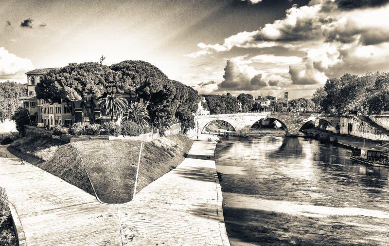 Tiberina ö på den Tiber floden, Rome Italien royaltyfria bilder