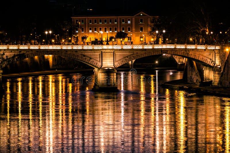 Tiberrivier, brug en bezinningen over water Nacht Rome, Italië royalty-vrije stock fotografie