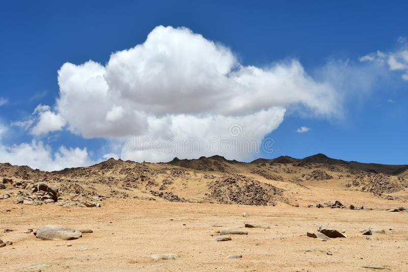 Tibet bergigt landskap nära sjön Gomang Härligt moln över bergen arkivfoton