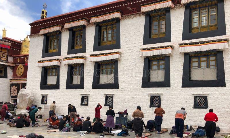 Tibet, China - April 2019: Pilger, die vor tibetanischem Tempel in Lhasa, Tibet beten stockfoto