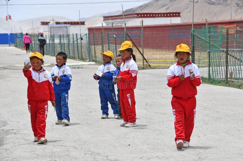 Tibet, China, 07 Juni, 2018 Kinderen van Tibet op de straat van klein dorp stock foto's