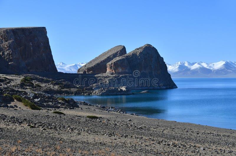 Tibet helig sj? Nam-Tso Nam Tso i sommar, 4718 meter ovanf?r havsniv? Geoglyph - ?ronen av h?sten p? udde Tomchok och Ny royaltyfri foto