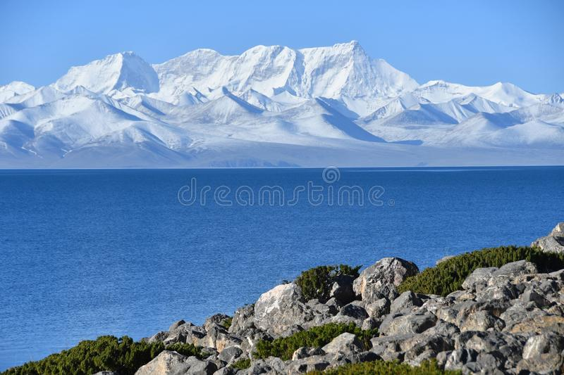 Tibet, lake Nam-Tso Nam Tso and Nyechen Tangla mountain in sunny day royalty free stock photos