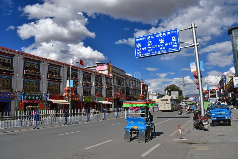 Tibet, Lhasa, China, 02 Juni, 2018 Blauwe auto's in het centrum van het kapitaal van het Tibetaanse Autonome district van Lhasa stock fotografie
