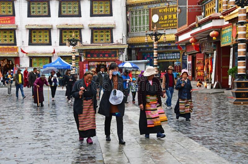 Tibet, Lhasa, China, 03 Juni, 2018 De mensen lopen langs de oude Barkhor-straat op een de zomerdag in regenachtig weer stock afbeeldingen