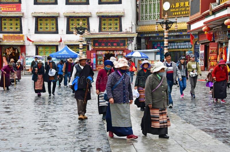 Tibet, Lhasa, China, 03 Juni, 2018 Mensen die in de oude stad Lhasa in regen lopen royalty-vrije stock afbeelding