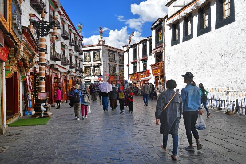 Tibet, Lhasa, China, 02 Juni, 2018 Mensen die rond de Jokhang-Tempel op oude Bokhor-straat lopen stock fotografie