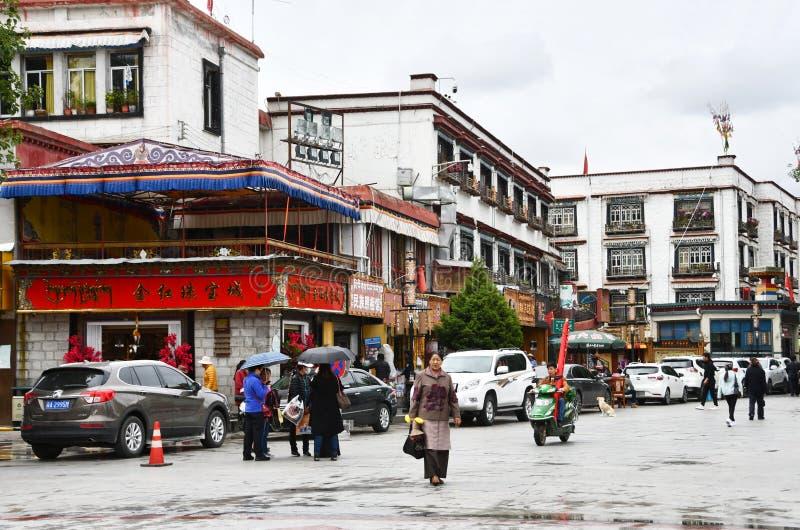 Tibet, Lhasa, China, 03 Juni, 2018 Mensen op de straat in het historische centrum van Lhasa in regenachtig weer Tibet, China stock afbeeldingen
