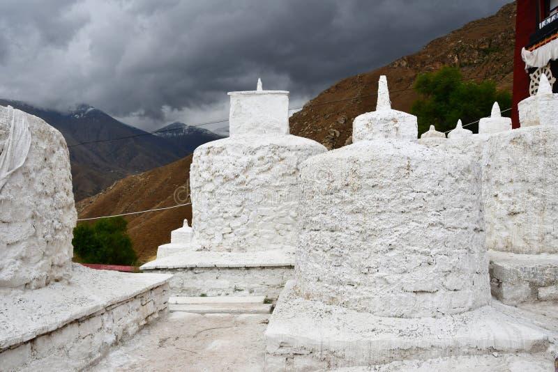 Tibet, Lhasa Oude boeddhistische stupas in Pabongka-klooster royalty-vrije stock foto's