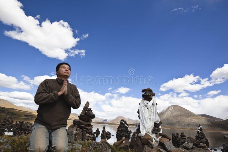 Tibet: mens het bidden royalty-vrije stock afbeeldingen