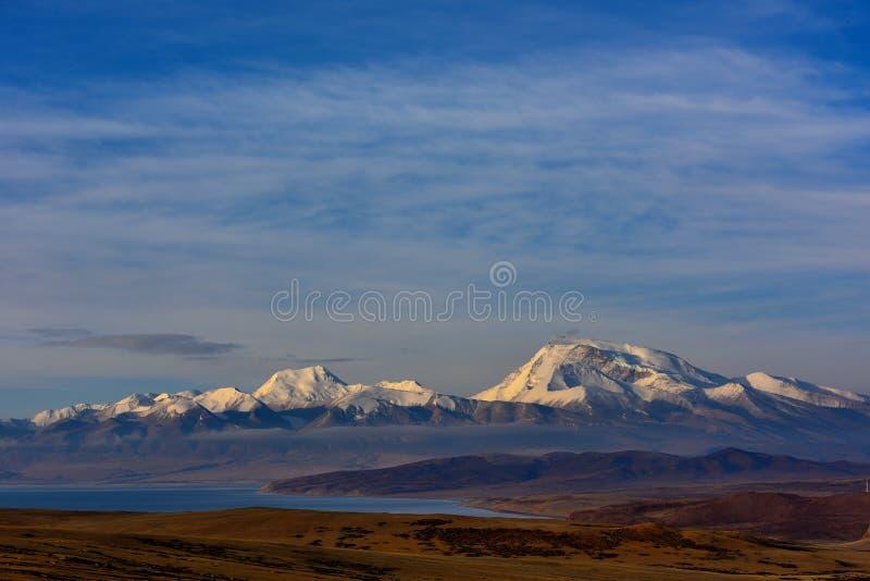 Tibet monteringsnaimonanyi och sjö Manasarovar arkivfoton